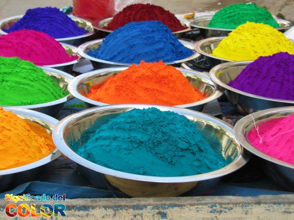 Coloridos polvos de Tika en el mercado de Orcha en la India