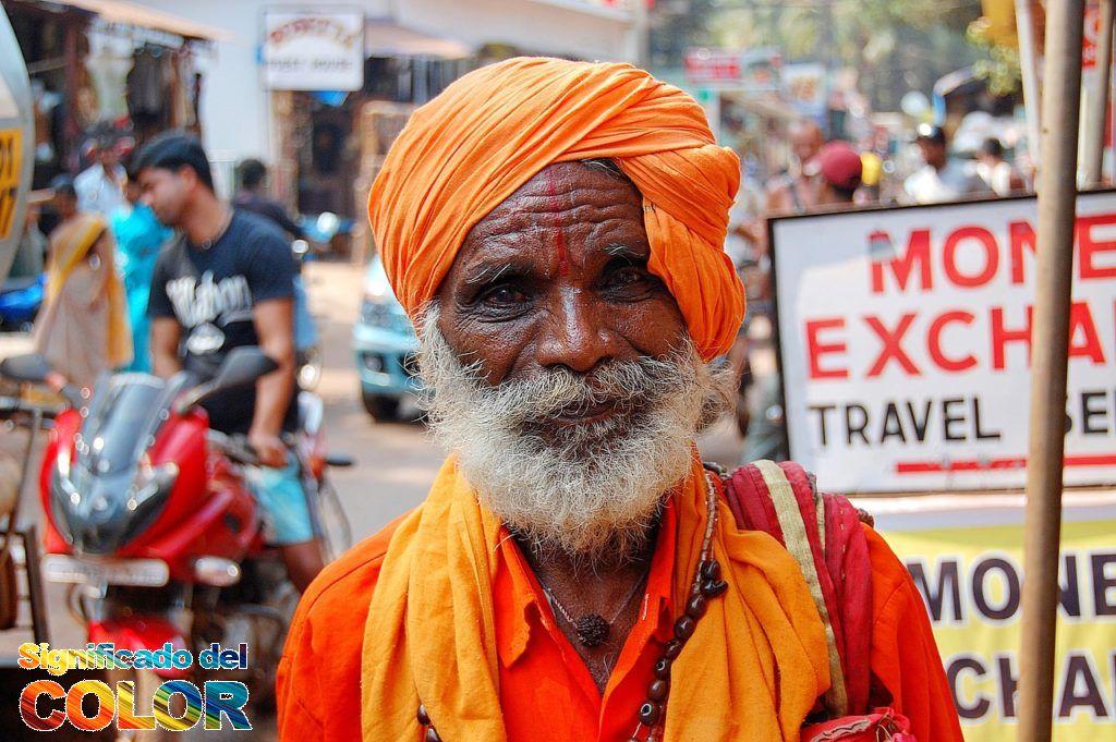 Colores simbólicos de la India vistos en los turbantes que usan los hombres